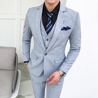 Cómo combinar: traje de tres piezas a cuadros celeste, camisa de vestir negra, corbata de rayas horizontales azul marino, pañuelo de bolsillo azul marino