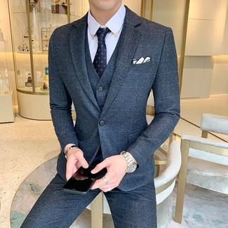 Cómo combinar: traje de tres piezas de lana azul marino, camisa de vestir celeste, corbata estampada azul marino, pañuelo de bolsillo blanco