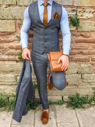 Cómo combinar: traje de tres piezas de lana a cuadros gris, camisa de vestir celeste, mocasín con borlas de ante en tabaco, bolso mensajero de cuero en tabaco