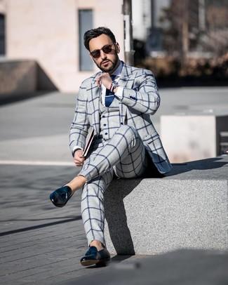 Cómo combinar: traje de tres piezas a cuadros gris, camisa de vestir blanca, mocasín con borlas de cuero negro, gafas de sol en marrón oscuro