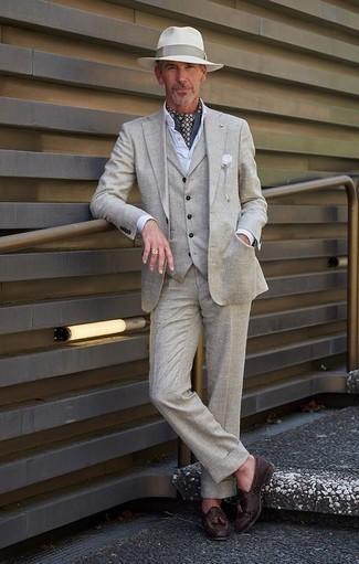 Cómo combinar una camisa de vestir para hombres de 50 años: Utiliza una camisa de vestir y un traje de tres piezas gris para una apariencia clásica y elegante. Mocasín con borlas de cuero tejido en marrón oscuro añaden un toque de personalidad al look.