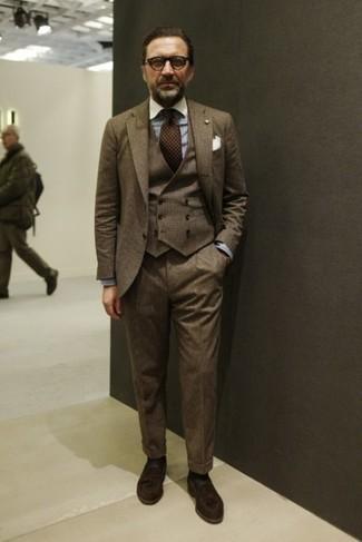 Cómo combinar una corbata a lunares en marrón oscuro: Ponte un traje de tres piezas marrón y una corbata a lunares en marrón oscuro para una apariencia clásica y elegante. ¿Quieres elegir un zapato informal? Elige un par de mocasín con borlas de ante en marrón oscuro para el día.
