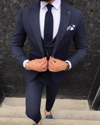 Cómo combinar un pañuelo de bolsillo en blanco y azul marino: Usa un traje de tres piezas azul marino y un pañuelo de bolsillo en blanco y azul marino para lidiar sin esfuerzo con lo que sea que te traiga el día. Con el calzado, sé más clásico y opta por un par de mocasín con borlas de cuero azul marino.