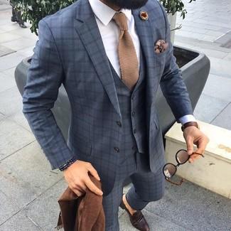 Cómo combinar: traje de tres piezas a cuadros gris, camisa de vestir blanca, mocasín de cuero en marrón oscuro, corbata de punto marrón claro