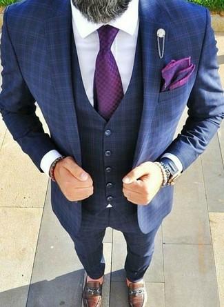 Cómo combinar: traje de tres piezas a cuadros azul marino, camisa de vestir blanca, mocasín de cuero marrón, corbata morado