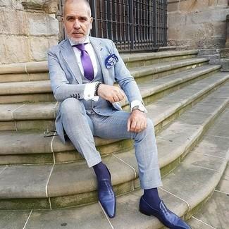 Cómo combinar: traje de tres piezas a cuadros gris, camisa de vestir blanca, mocasín de cuero en violeta, corbata de seda en violeta