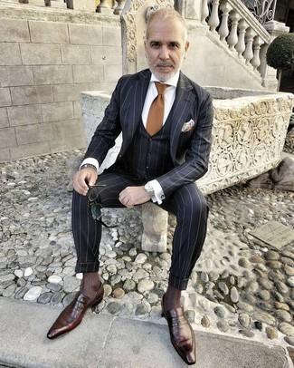 Cómo combinar: traje de tres piezas de rayas verticales negro, camisa de vestir blanca, mocasín de cuero en marrón oscuro, corbata marrón