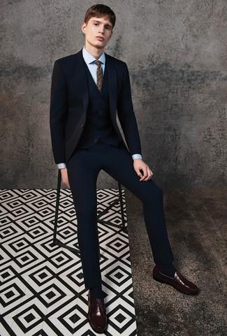 Cómo combinar: traje de tres piezas negro, camisa de vestir celeste, mocasín de cuero en marrón oscuro, corbata de paisley marrón