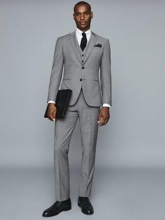 Cómo combinar un traje de tres piezas gris: Elige un traje de tres piezas gris y una camisa de vestir blanca para una apariencia clásica y elegante. Si no quieres vestir totalmente formal, usa un par de mocasín de cuero verde oscuro.