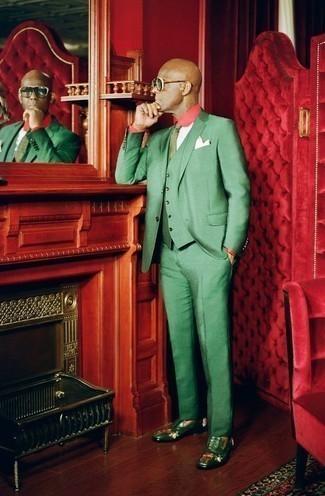 Cómo combinar una corbata estampada verde: Usa un traje de tres piezas verde y una corbata estampada verde para una apariencia clásica y elegante. ¿Por qué no añadir mocasín de cuero verde a la combinación para dar una sensación más relajada?