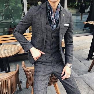 Cómo combinar: traje de tres piezas a cuadros en gris oscuro, camisa de vestir verde oscuro, pañuelo de bolsillo blanco, bufanda de seda estampada azul marino