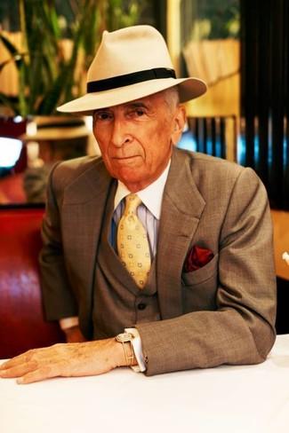 Cómo combinar: traje de tres piezas marrón, camisa de vestir de rayas verticales celeste, sombrero de lana en beige, corbata estampada amarilla