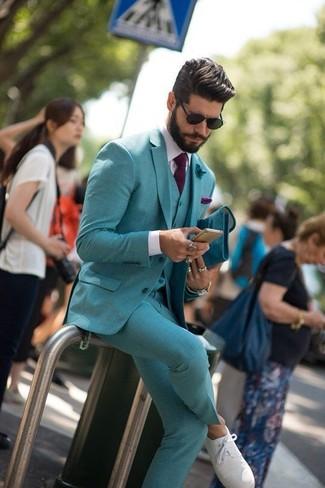 Cómo combinar: traje de tres piezas en verde azulado, camisa de vestir blanca, zapatillas plimsoll blancas, corbata morado oscuro