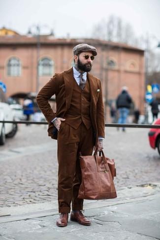 Cómo combinar: traje de tres piezas de pana marrón, camisa de vestir de rayas verticales celeste, zapatos brogue de cuero marrónes, bolsa tote de cuero marrón
