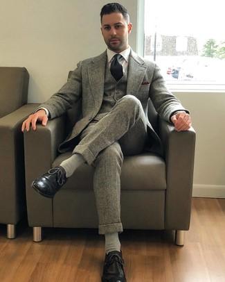 Cómo combinar: traje de tres piezas de lana gris, camisa de vestir blanca, zapatos brogue de cuero negros, corbata negra