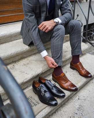 Outfits hombres: Considera emparejar un traje de tres piezas a cuadros gris con una camisa de vestir blanca para una apariencia clásica y elegante. Zapatos brogue de cuero marrónes resaltaran una combinación tan clásico.