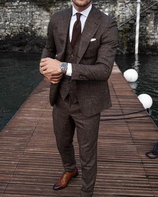 Cómo combinar: traje de tres piezas en marrón oscuro, camisa de vestir blanca, zapatos brogue de cuero marrónes, corbata en marrón oscuro