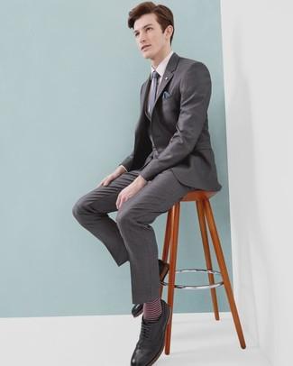 Cómo combinar: traje de tres piezas gris, camisa de vestir rosada, zapatos brogue de cuero negros, corbata a lunares azul marino