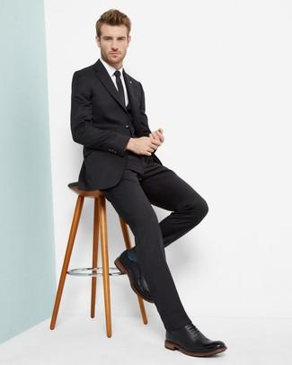 Cómo combinar: traje de tres piezas negro, camisa de vestir blanca, zapatos brogue de cuero negros, corbata negra