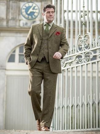 Cómo combinar una corbata estampada verde: Intenta combinar un traje de tres piezas verde oliva junto a una corbata estampada verde para rebosar clase y sofisticación. ¿Quieres elegir un zapato informal? Elige un par de zapatos brogue de cuero marrónes para el día.