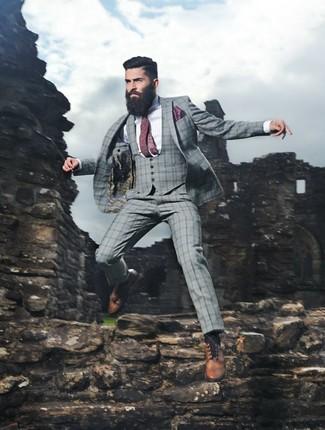 Cómo combinar: traje de tres piezas de tartán gris, camisa de vestir de rayas verticales en blanco y azul, zapatos brogue de cuero marrón claro, corbata a lunares burdeos