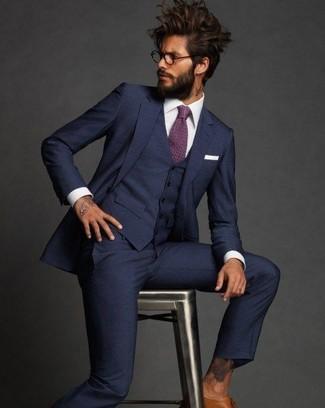 Cómo combinar: traje de tres piezas azul marino, camisa de vestir blanca, zapatos brogue de cuero marrón claro, corbata morado