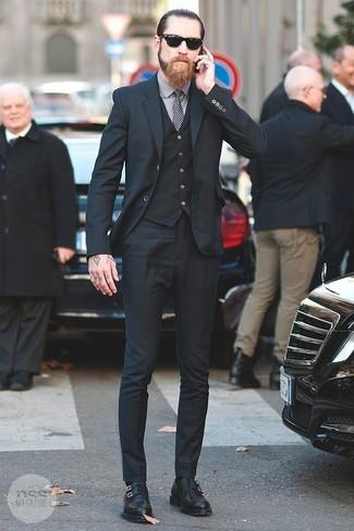 Cómo combinar una corbata de cuadro vichy en blanco y negro: Algo tan simple como optar por un traje de tres piezas negro y una corbata de cuadro vichy en blanco y negro puede distinguirte de la multitud. ¿Quieres elegir un zapato informal? Elige un par de zapatos con doble hebilla de cuero negros para el día.