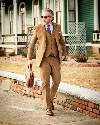 Cómo combinar: traje de tres piezas de pana marrón claro, camisa de vestir celeste, zapatos con doble hebilla de cuero marrónes, portafolio de cuero marrón