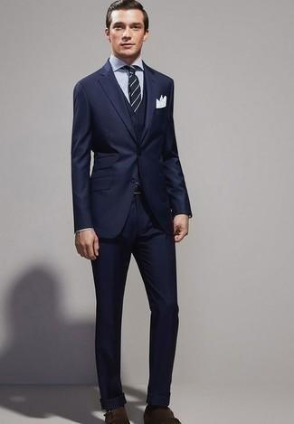 Cómo combinar un traje de tres piezas azul marino: Ponte un traje de tres piezas azul marino y una camisa de vestir de rayas verticales en blanco y azul marino para rebosar clase y sofisticación. Zapatos con doble hebilla de ante en marrón oscuro contrastarán muy bien con el resto del conjunto.