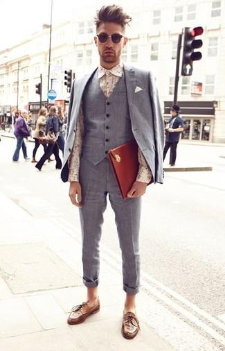 Cómo combinar: traje de tres piezas gris, camisa de vestir con print de flores en beige, zapatos derby de cuero tejidos marrónes, bolso con cremallera de cuero en tabaco