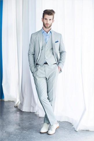 Cómo combinar: traje de tres piezas gris, camisa de vestir celeste, zapatos derby de cuero blancos, pañuelo de bolsillo azul