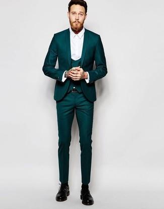Cómo combinar: traje de tres piezas en verde azulado, camisa de vestir blanca, zapatos derby de cuero negros, correa de cuero negra