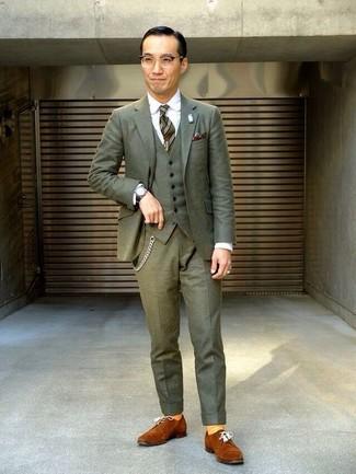 Cómo combinar: traje de tres piezas verde oliva, camisa de vestir blanca, zapatos derby de ante en tabaco, corbata de rayas verticales verde oliva