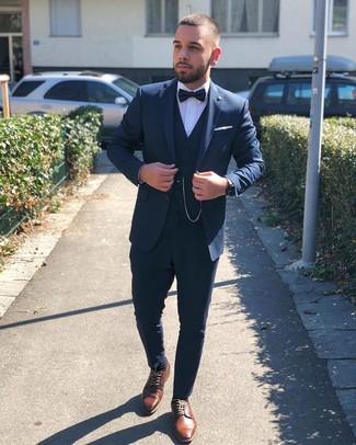 Cómo combinar: traje de tres piezas azul marino, camisa de vestir blanca, zapatos derby de cuero marrónes, corbatín negro