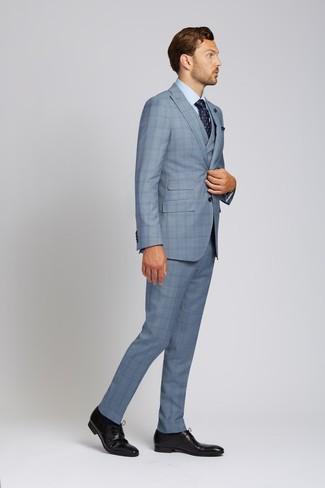 Cómo combinar: traje de tres piezas de tartán celeste, camisa de vestir celeste, zapatos derby de cuero negros, corbata con print de flores azul marino