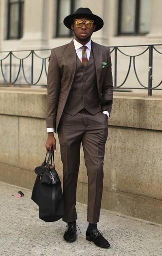 Cómo combinar unos zapatos derby de ante negros: Luce lo mejor que puedas en un traje de tres piezas en marrón oscuro y una camisa de vestir blanca. Haz este look más informal con zapatos derby de ante negros.