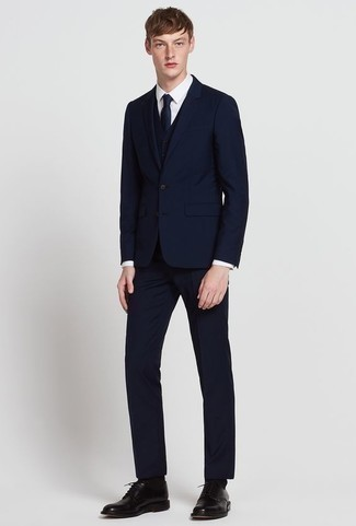 Cómo combinar un traje de tres piezas azul marino: Considera emparejar un traje de tres piezas azul marino con una camisa de vestir blanca para un perfil clásico y refinado. ¿Quieres elegir un zapato informal? Haz zapatos derby de cuero negros tu calzado para el día.