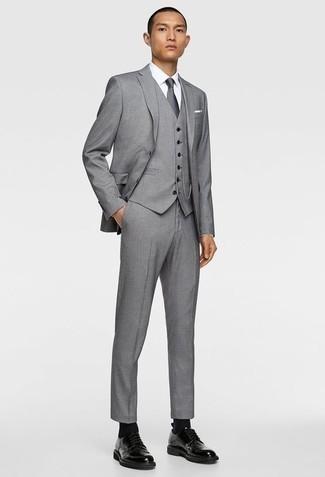 Cómo combinar un traje de tres piezas gris: Equípate un traje de tres piezas gris con una camisa de vestir blanca para rebosar clase y sofisticación. Zapatos derby de cuero negros añadirán un nuevo toque a un estilo que de lo contrario es clásico.