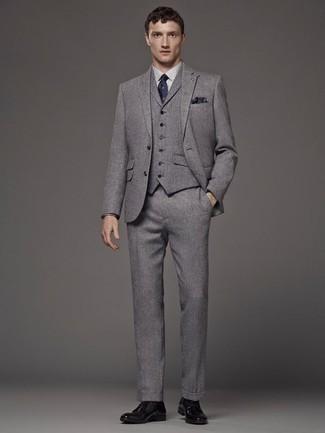 Cómo combinar un traje de tres piezas gris: Luce lo mejor que puedas en un traje de tres piezas gris y una camisa de vestir blanca. ¿Quieres elegir un zapato informal? Complementa tu atuendo con zapatos derby de cuero negros para el día.
