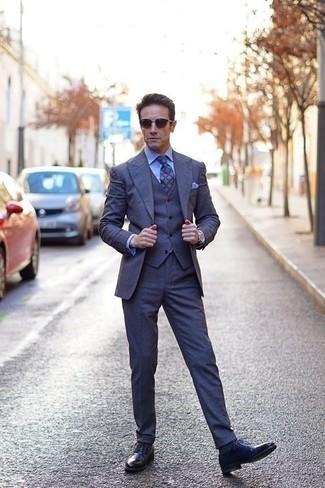 Cómo combinar unos calcetines azul marino: Haz de un traje de tres piezas azul marino y unos calcetines azul marino tu atuendo para cualquier sorpresa que haya en el día. Con el calzado, sé más clásico y opta por un par de zapatos derby de cuero azul marino.