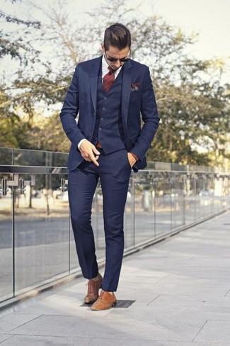 Cómo combinar: traje de tres piezas azul marino, camisa de vestir blanca, zapatos oxford de cuero marrón claro, corbata de rayas verticales burdeos