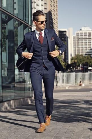 Cómo combinar: traje de tres piezas azul marino, camisa de vestir blanca, zapatos oxford de cuero marrón claro, corbata de rayas verticales roja