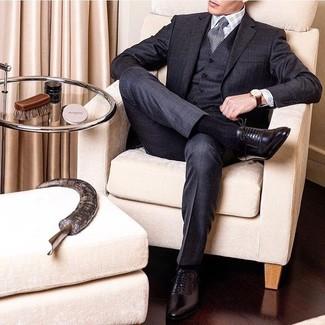 Cómo combinar: traje de tres piezas a cuadros en gris oscuro, camisa de vestir de tartán blanca, zapatos oxford de cuero negros, corbata en zig zag en negro y blanco