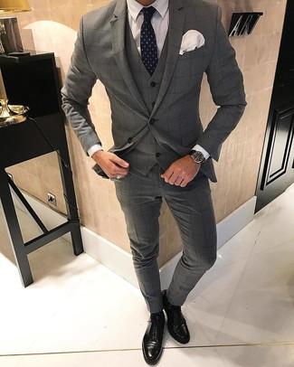 Cómo combinar: traje de tres piezas a cuadros gris, camisa de vestir blanca, zapatos oxford de cuero negros, corbata a lunares azul marino