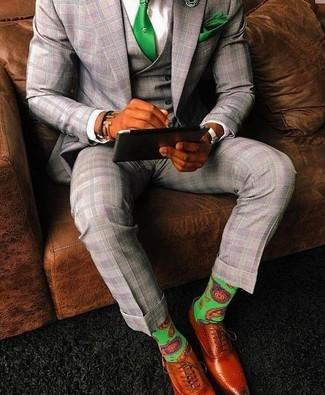 Cómo combinar: traje de tres piezas de tartán gris, camisa de vestir blanca, zapatos oxford de cuero en tabaco, corbata verde