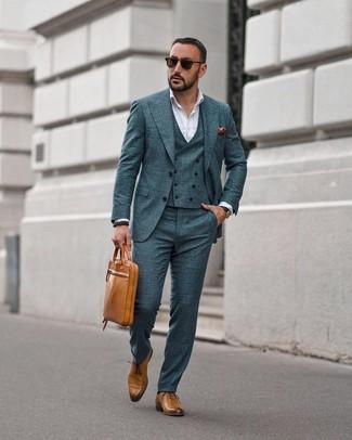 Cómo combinar: traje de tres piezas a cuadros verde oscuro, camisa de vestir blanca, zapatos oxford de cuero marrón claro, portafolio de cuero marrón claro