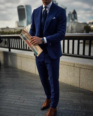 Outfits hombres: Usa un traje de tres piezas de rayas verticales azul marino y una camisa de vestir blanca para un perfil clásico y refinado. Zapatos oxford de cuero marrónes son una opción excelente para completar este atuendo.