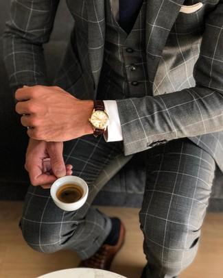 Outfits hombres: Utiliza un traje de tres piezas a cuadros en gris oscuro y una camisa de vestir blanca para una apariencia clásica y elegante. Un par de zapatos oxford de cuero marrónes se integra perfectamente con diversos looks.