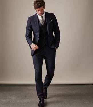 Cómo combinar una corbata con print de flores azul marino: Elige un traje de tres piezas azul marino y una corbata con print de flores azul marino para rebosar clase y sofisticación. Si no quieres vestir totalmente formal, completa tu atuendo con zapatos oxford de cuero negros.