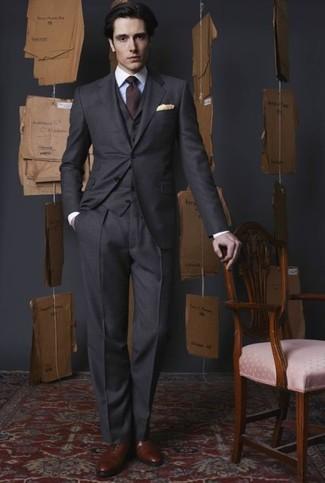 Cómo combinar: traje de tres piezas en gris oscuro, camisa de vestir blanca, zapatos oxford de cuero marrónes, corbata burdeos